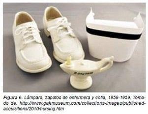 Lampara, zapatos de enfermera y cofia